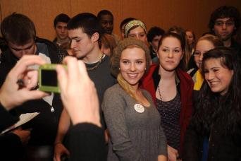 scarlett-johansson-supporting-obama1.jpg